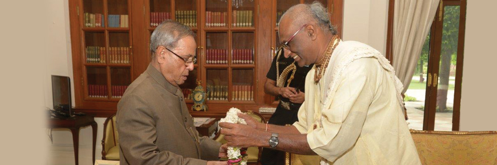 Sri-Madhu-Pandit-Dasa-Chairman-of-The-Akshaya-Patra-Foundation-meets-Honourable-President-of-India-Pranab-Mukherjee