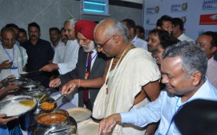 More dignitaries who have contributed significantly toward the expansion of Akshaya Patra, join in serving the students