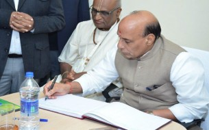 Sri Rajnath Singh, Minister of Home Affairs, signing the visitor's book at the Lucknow kitchen