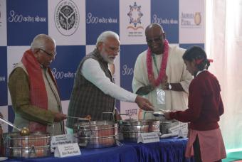Shri Narendra Modi, Prime Minister of India, serves the 3 BILLIONTH MEAL