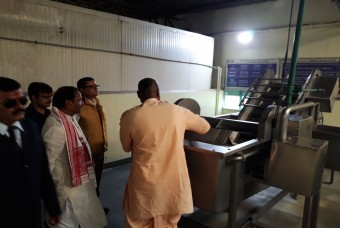 Shri Raghubar Das examines high-tech equipment at the kitchen
