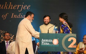 Dignitaries present on stage during the event held to commemorate Akshaya Patra's 2 billion meals