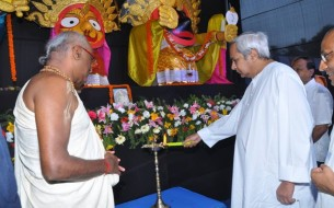 CM Naveen Patnaik and Madhu Pandit Dasa light the lamp