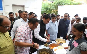 Shri Devendra Fadnavis serving mid-day meals to our Akshaya Patra beneficiaries
