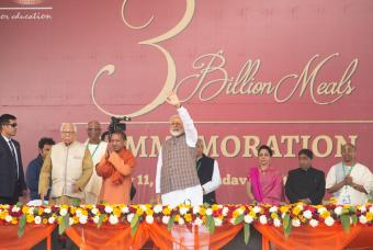 Shri Narendra Modi and Shri Yogi Adityanath, Chief Minister, Uttar Pradesh, acknowledge the affection of the audience