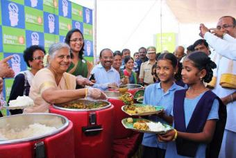 Dignitaries serving healthy meals to our beneficiaries