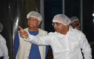 Nobel Laureate Prof. Muhammad Yunus getting briefed on kitchen processes by Sridhar Venkat, CEO- Akshaya Patra