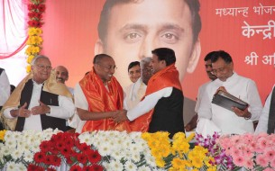 A light moment shared between Chanchalapathi Dasa and Akhilesh Yadav
