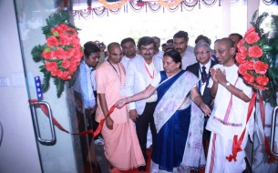 Anandiben Patel cuts the ribbon at the Surat kitchen