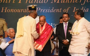 Shri Madhu Pandit Dasa, Chairman of Akshaya Patra, felicitating Shri Pranab Mukherjee, Honourable President of India with a beautiful shawl