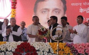 Vice Chairman Chanchalapathi Dasa presenting Mr Akhilesh Yadav with a bouquet of flowers